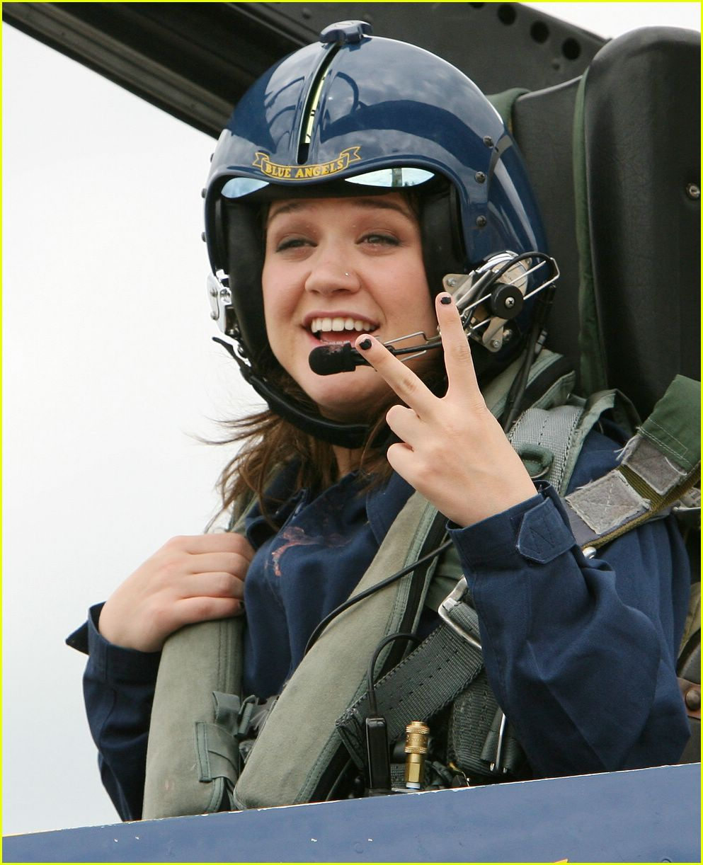 kelly clarkson flying airplane09