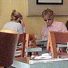 kate hudson owen wilson eating together 01