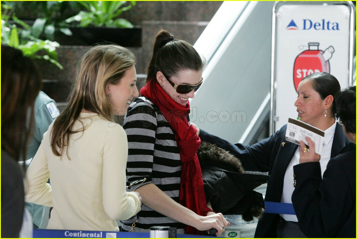 anne hathaway airport sunglasses 032415022