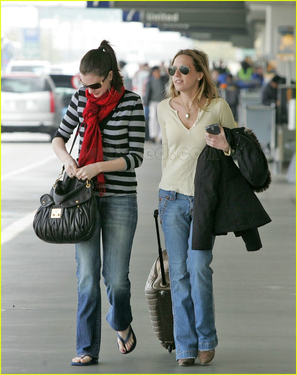 anne hathaway airport sunglasses 042415023