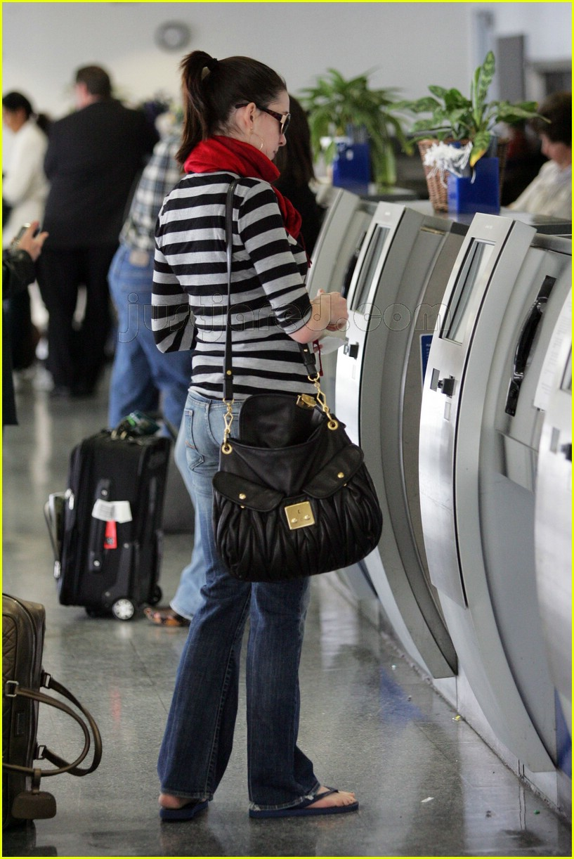 anne hathaway airport sunglasses 052415024