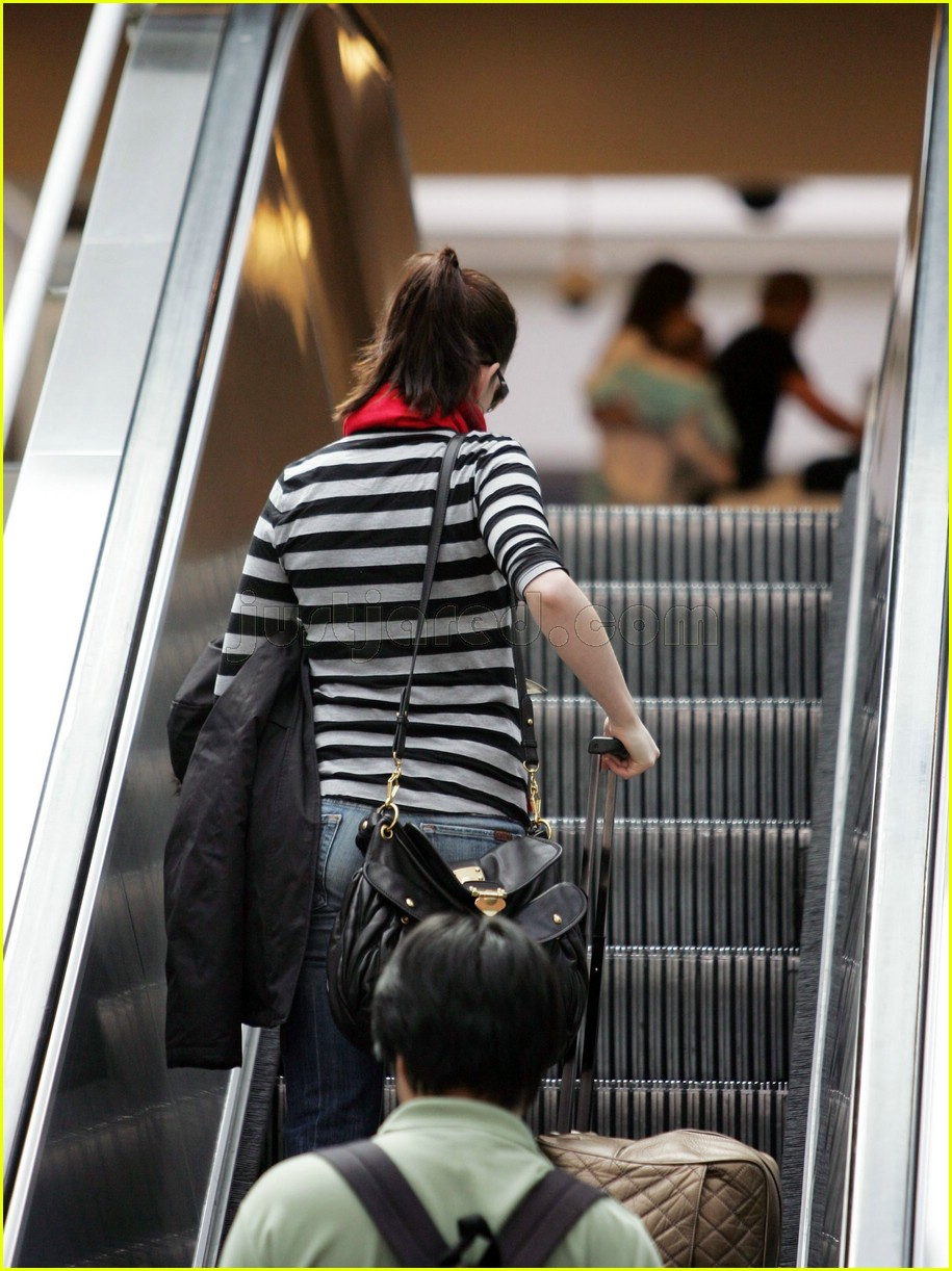 anne hathaway airport sunglasses 062415025