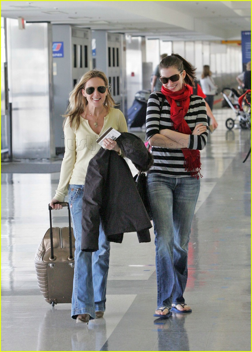 anne hathaway airport sunglasses 102415029