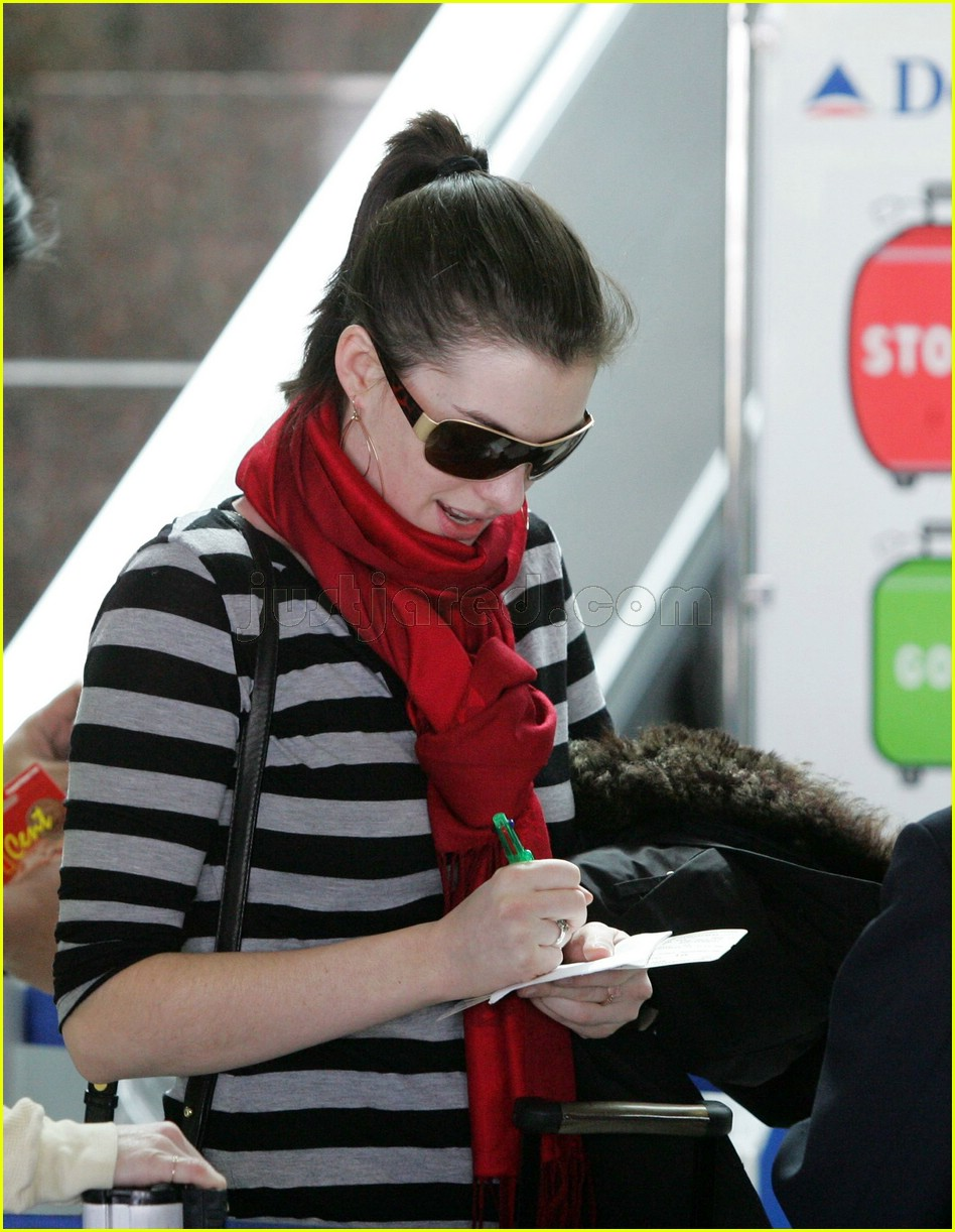 anne hathaway airport sunglasses 112415030