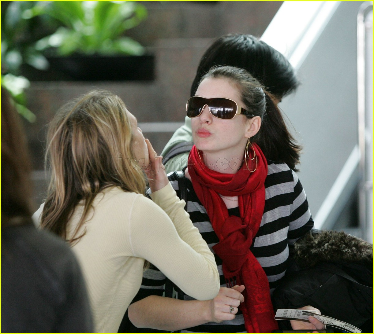 anne hathaway airport sunglasses 142415033