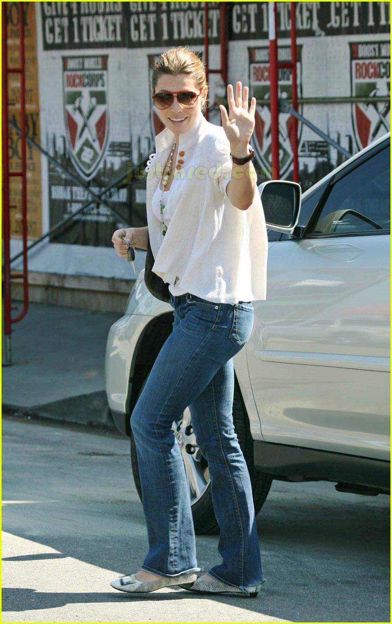 jessica biel taking pictures with camera 042415454