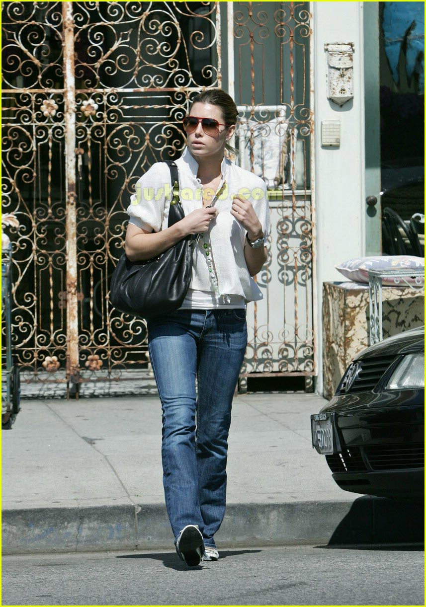 jessica biel taking pictures with camera 132415463