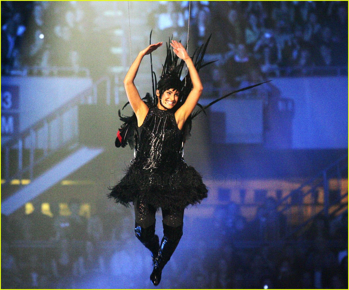 nelly furtado dressed like a  bird 0183491