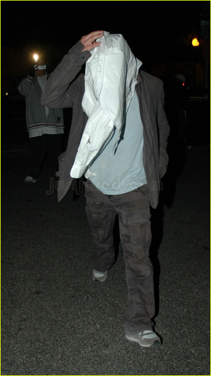 ryan phillippe covering face 03117451