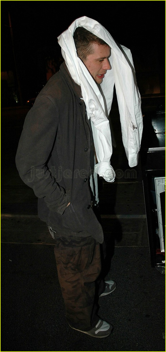ryan phillippe covering face 05117471