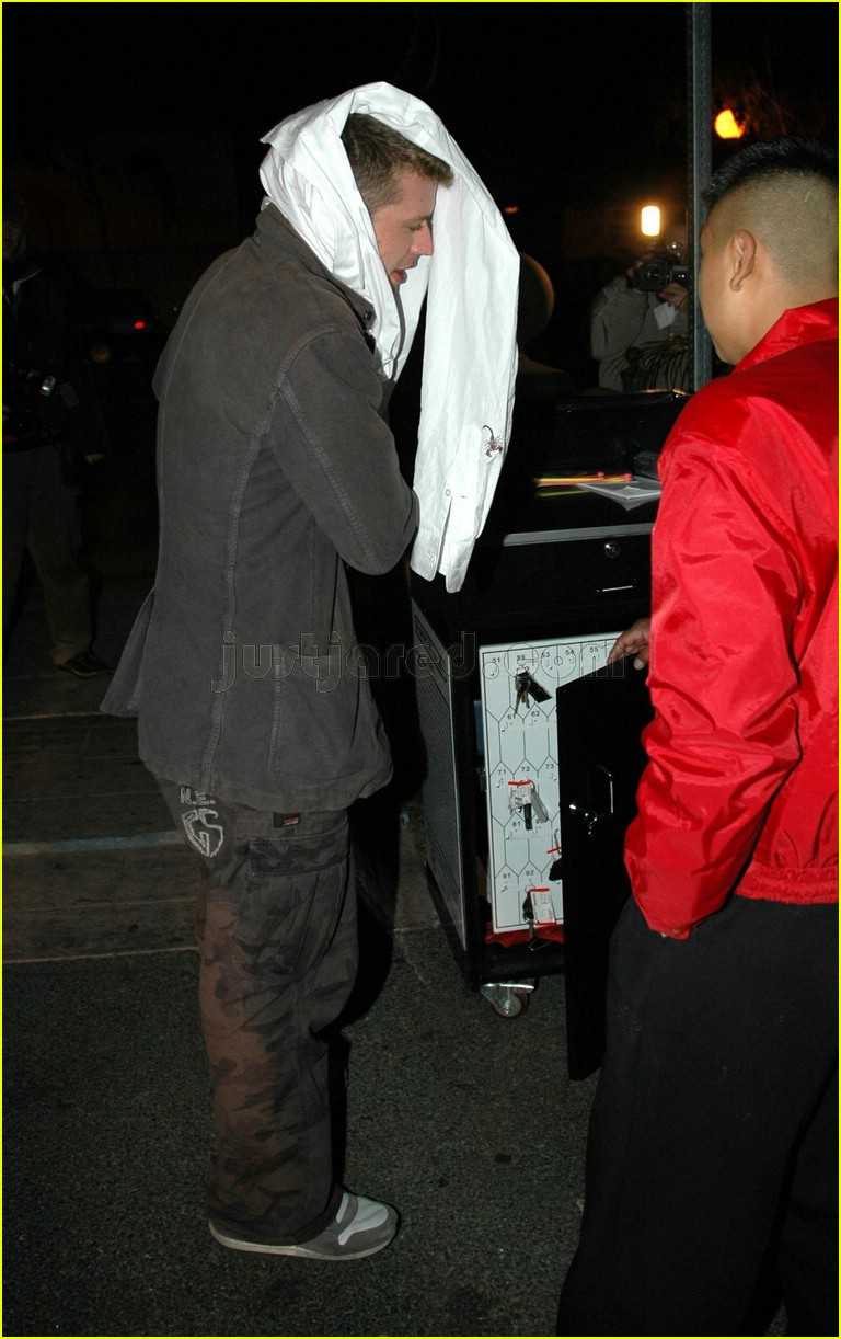 ryan phillippe covering face 06117481