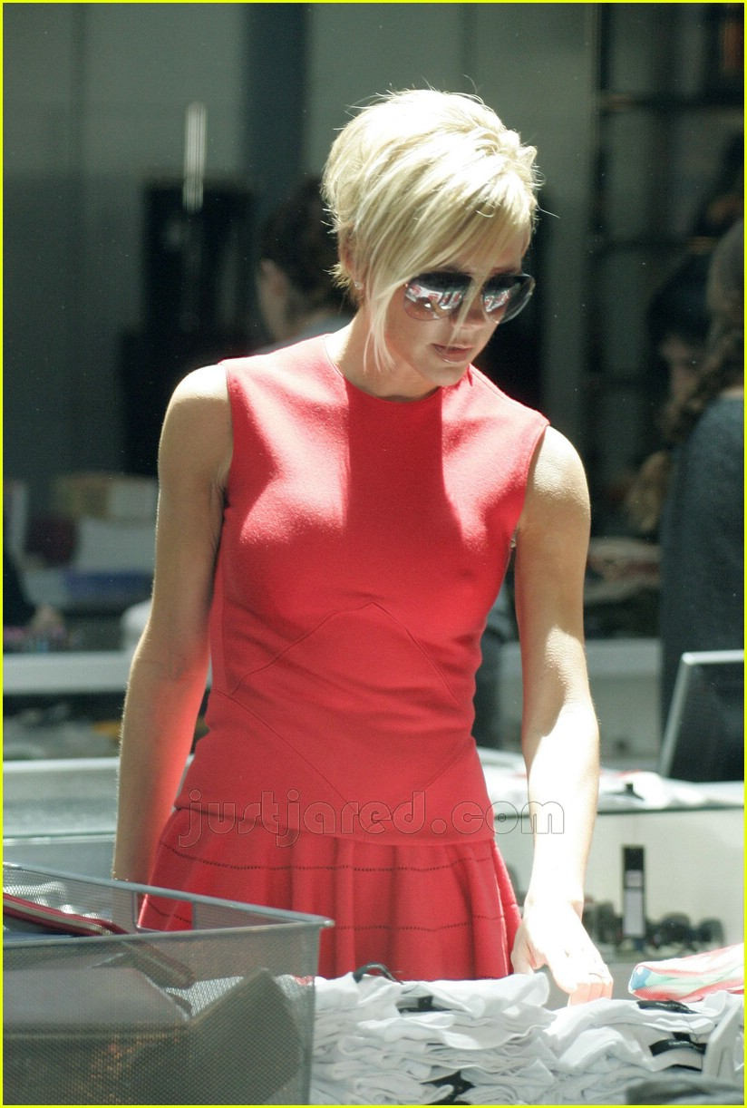 victoria beckham wearing all red 08135341