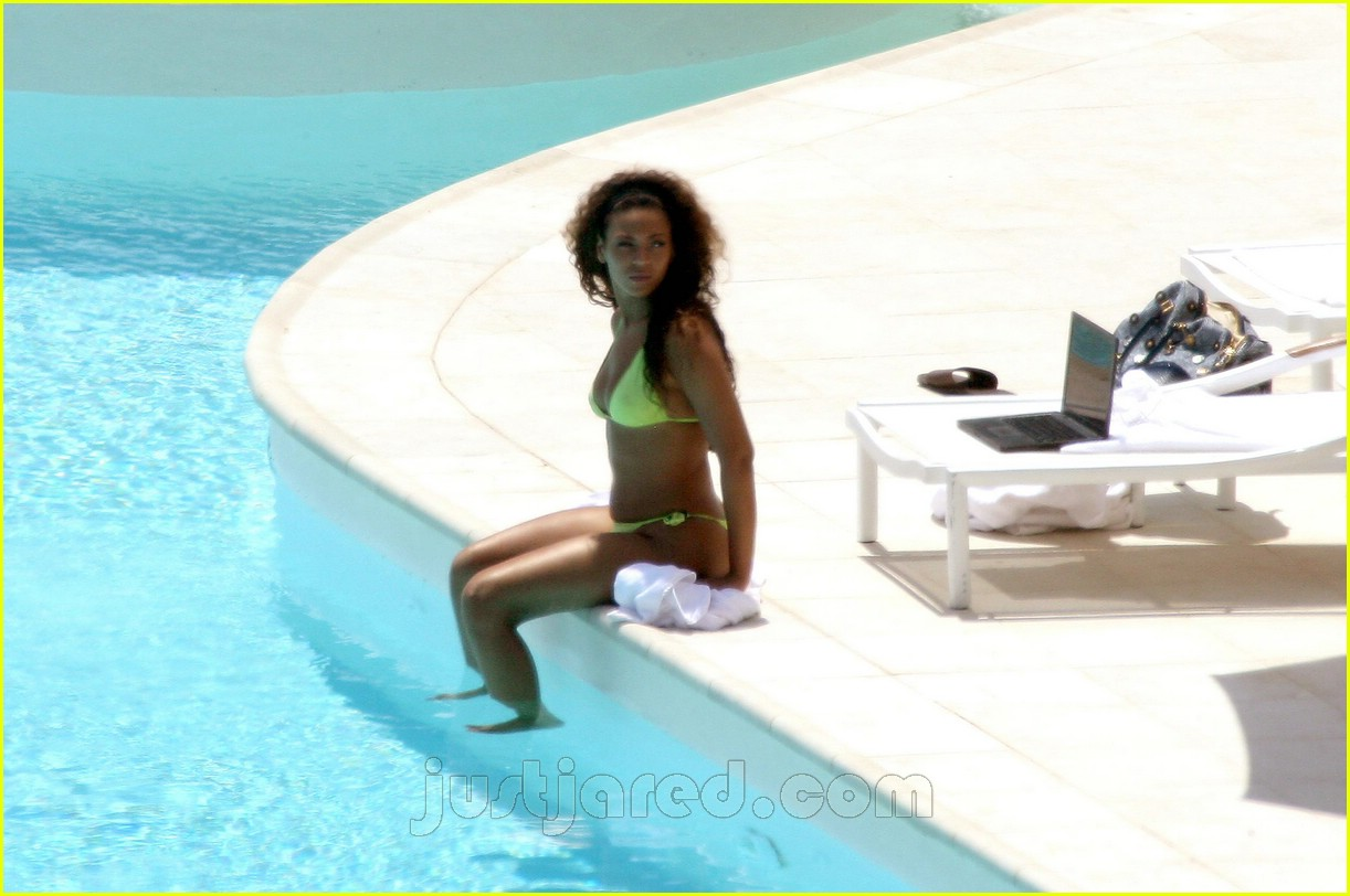 Beyonce Checks Up On It Photo 193071 Beyonce Knowles Bikini Jay Z Pictures Just Jared