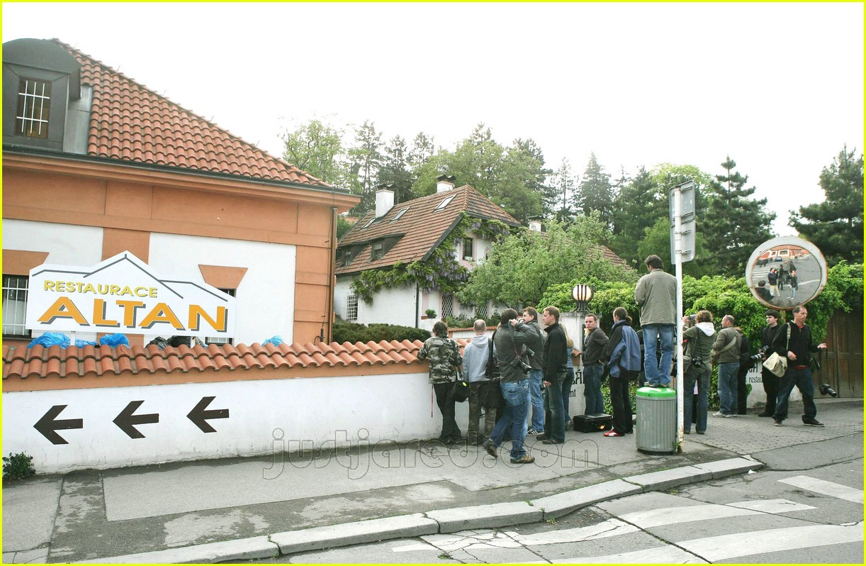 brad angelina prague restaurant 02147111