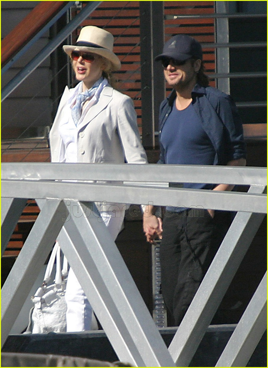 07 keith urban nicole kidman holding hands