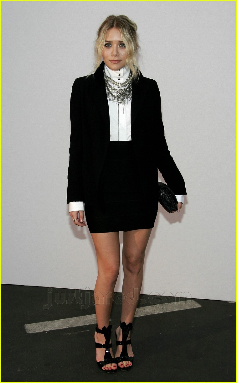 http://cdn01.cdn.justjared.com/wp-content/uploads/2007/05/olsen-chanel/ashley-olsen-chanel-cruise-show-01.jpg