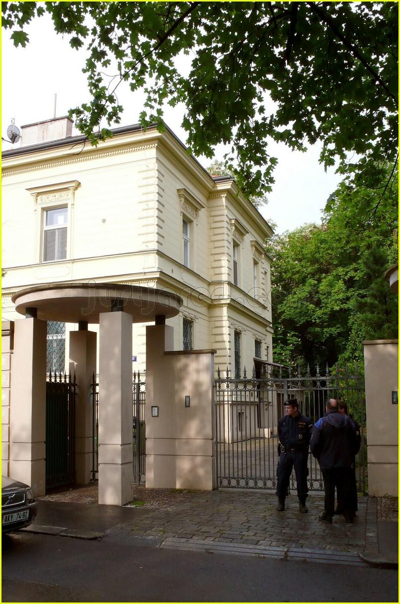 brad pitt us embassy 14156091