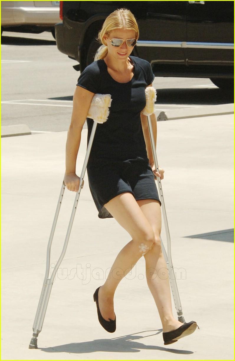 gwyneth paltrow crutches 02460921