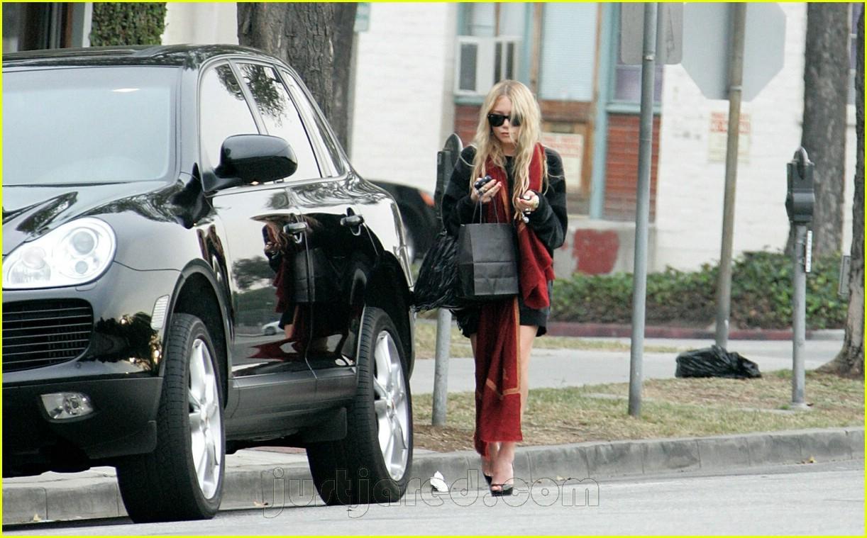 mary kate walks to car 03411471