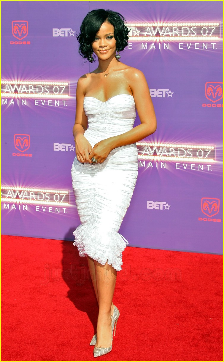 Rihanna Rocks The Red Carpet