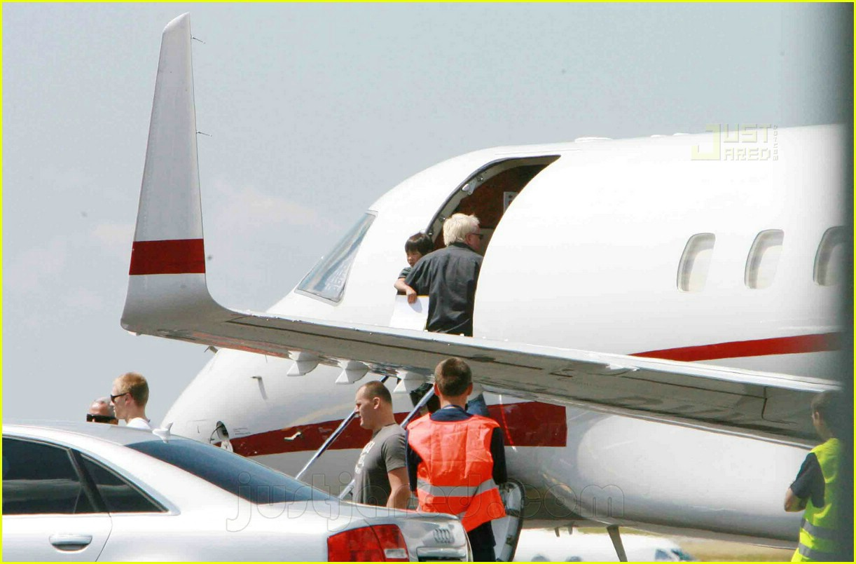 jolie pitts private jet 09494301