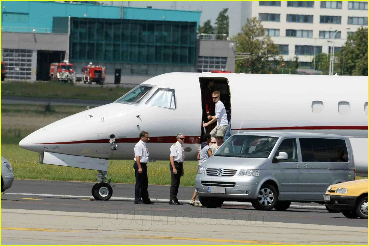 jolie pitts private jet 12