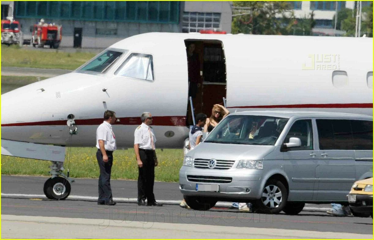 jolie pitts private jet 13