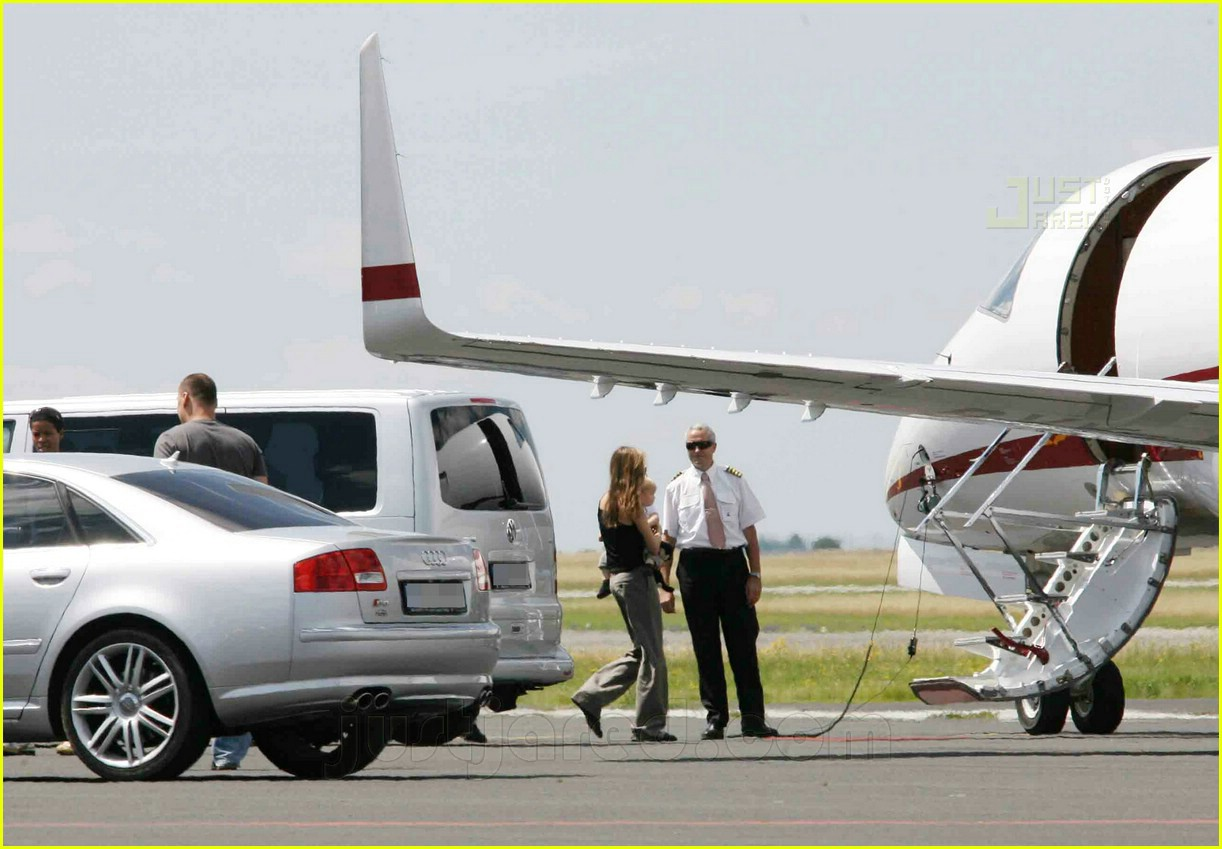 jolie pitts private jet 16494371