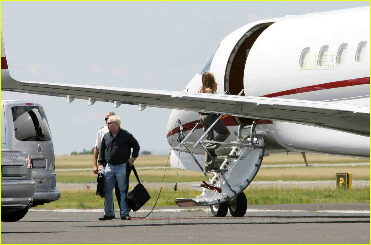 jolie pitts private jet 18