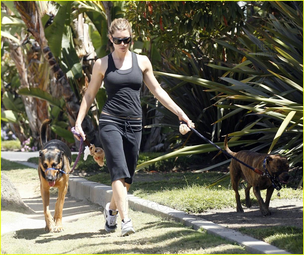 07 jessica biel walking dogs474041
