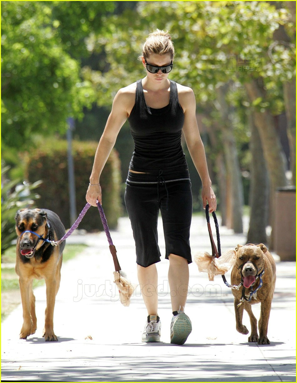 10 jessica biel walking dogs474071