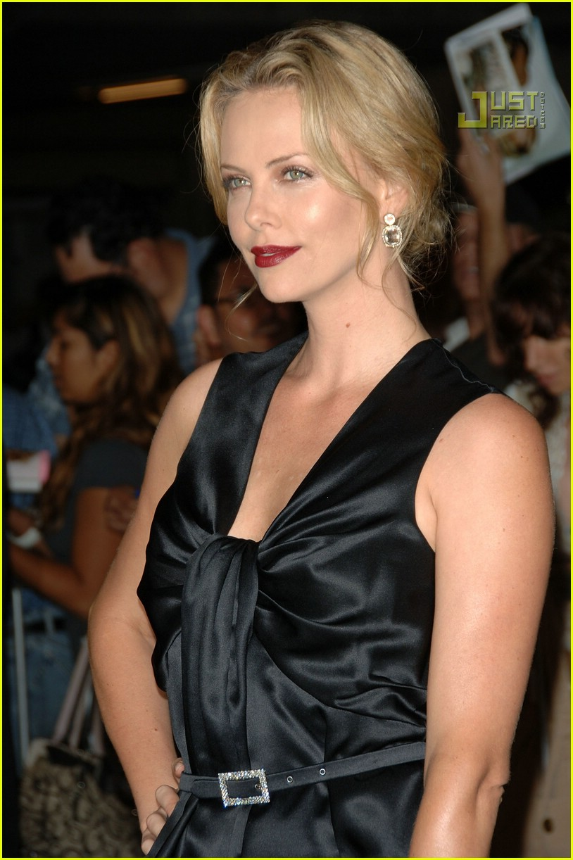 charlize theron in the valley of elah premiere 05588131