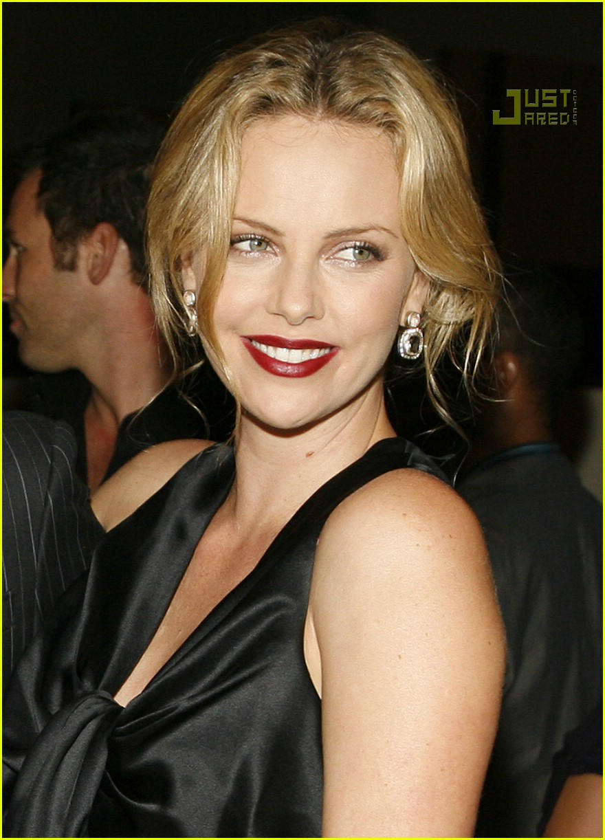 charlize theron in the valley of elah premiere 07588151