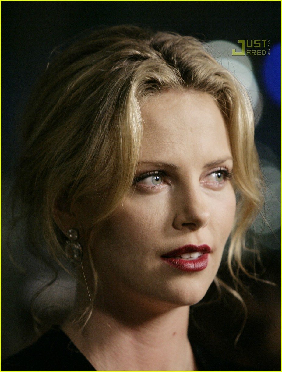 charlize theron in the valley of elah premiere 08588161