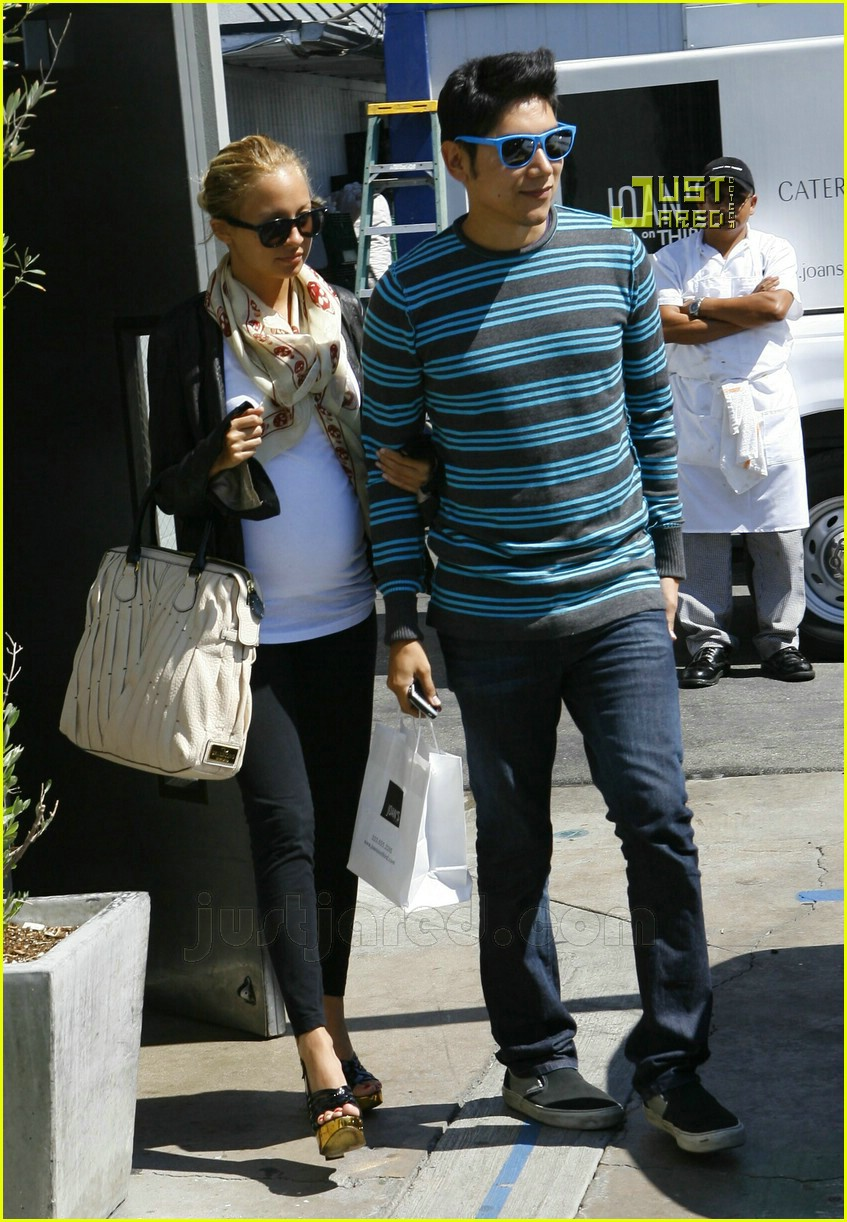 nicole richie pregnant high heels 01