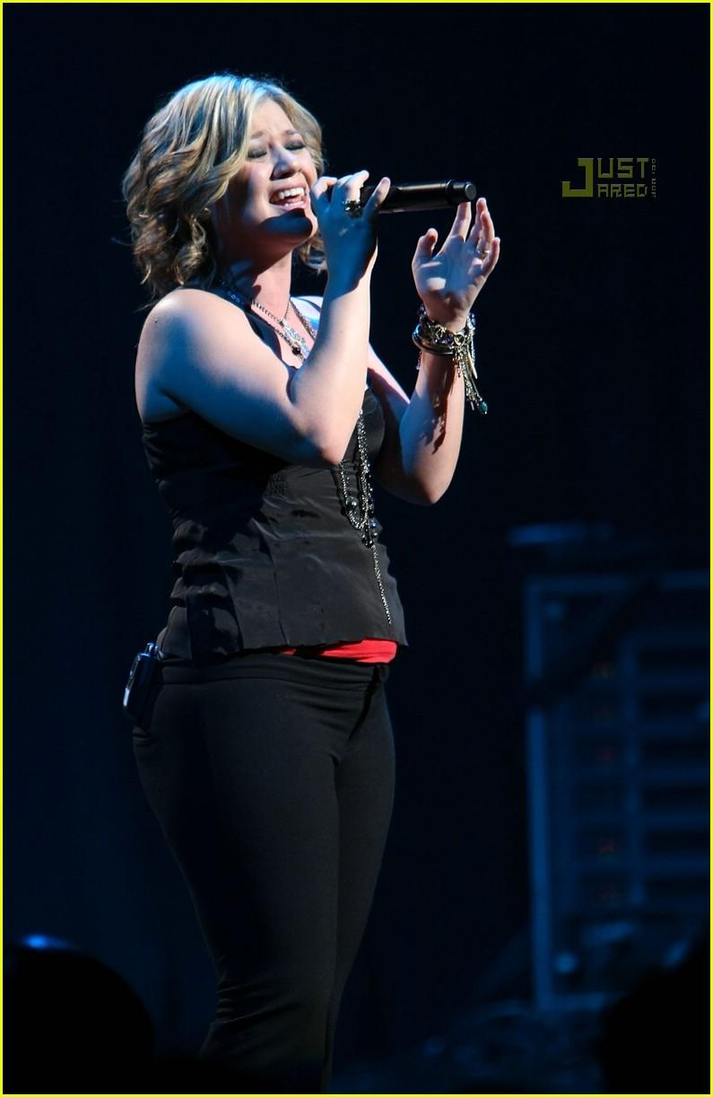 Kelly Clarkson To Pumpkin Pie Get In Mah Belly Photo