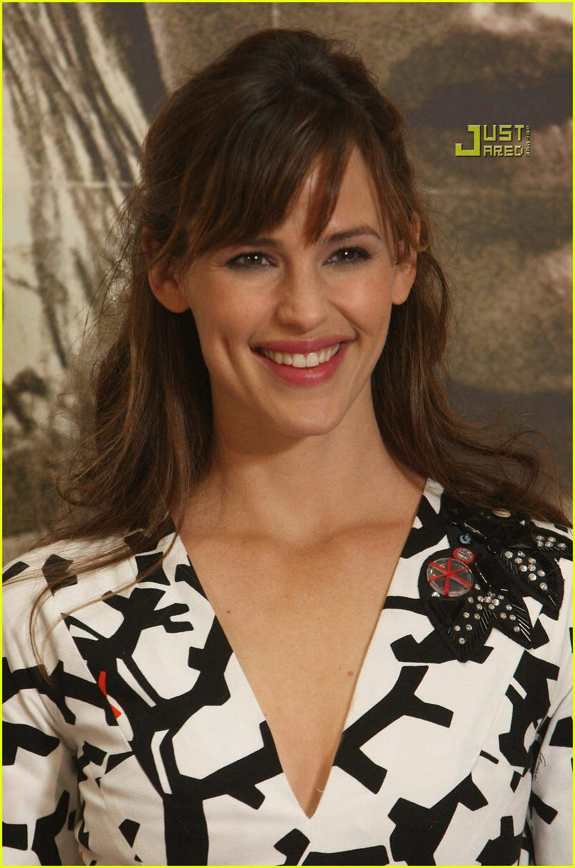 Jennifer Garner attends the photocall for her new movie The Kingdom on ...