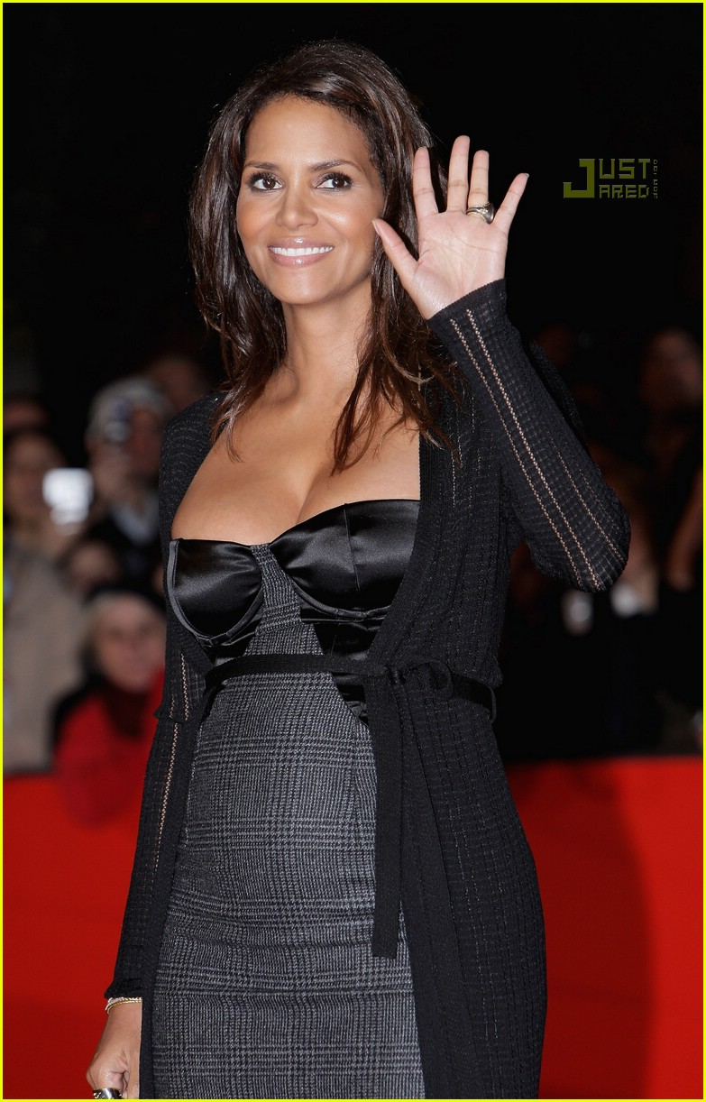 halle berry pregnant pictures 35. Halle Berry (in Dolce & Gabbana) holds ...