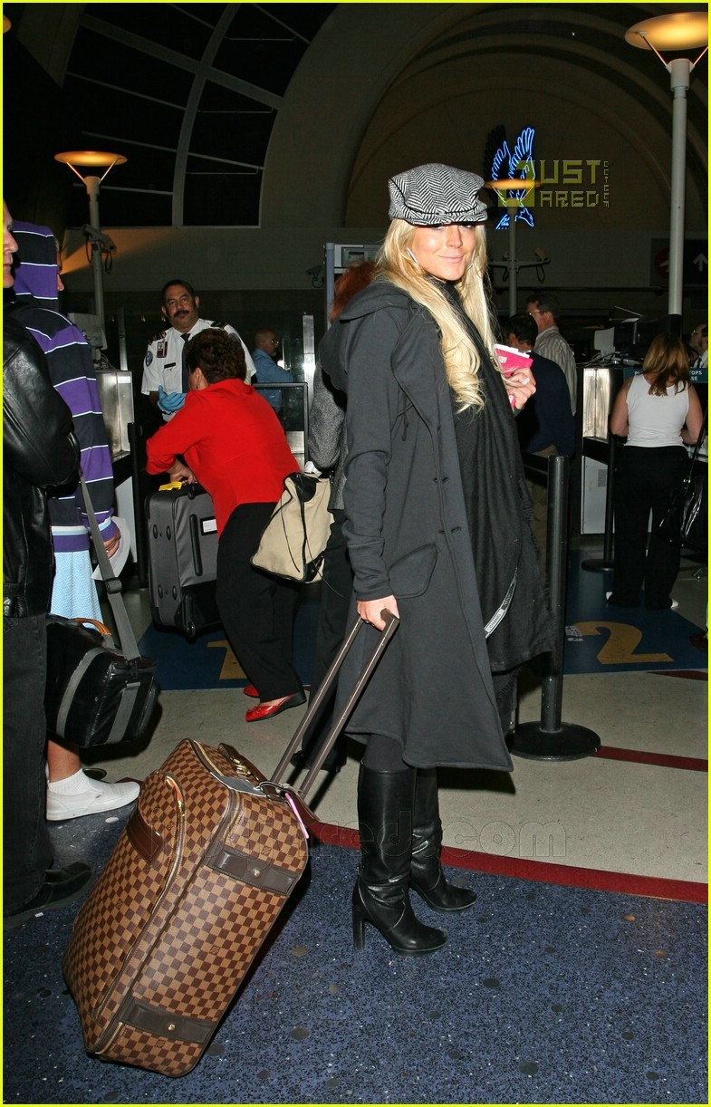 lohan leaves lax 02