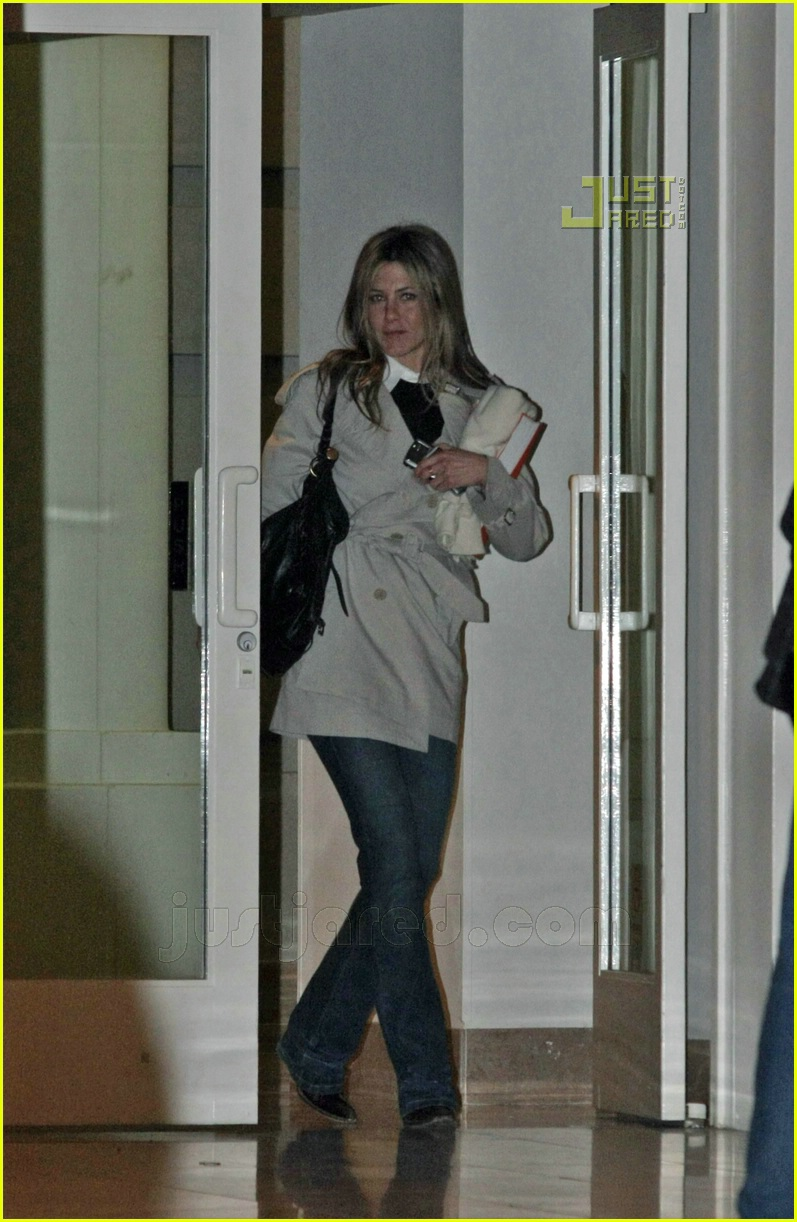 jennifer aniston holiday cheer 01810611
