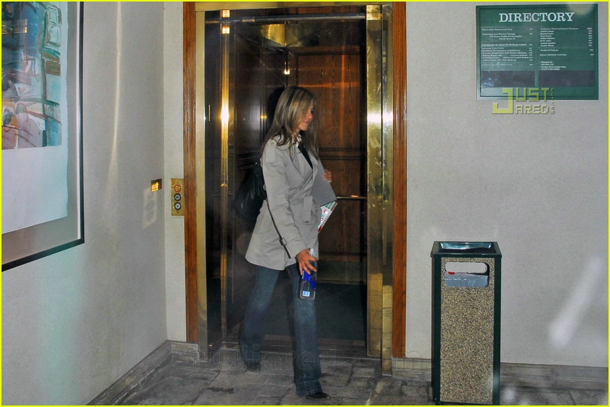 jennifer aniston holiday cheer 04810641
