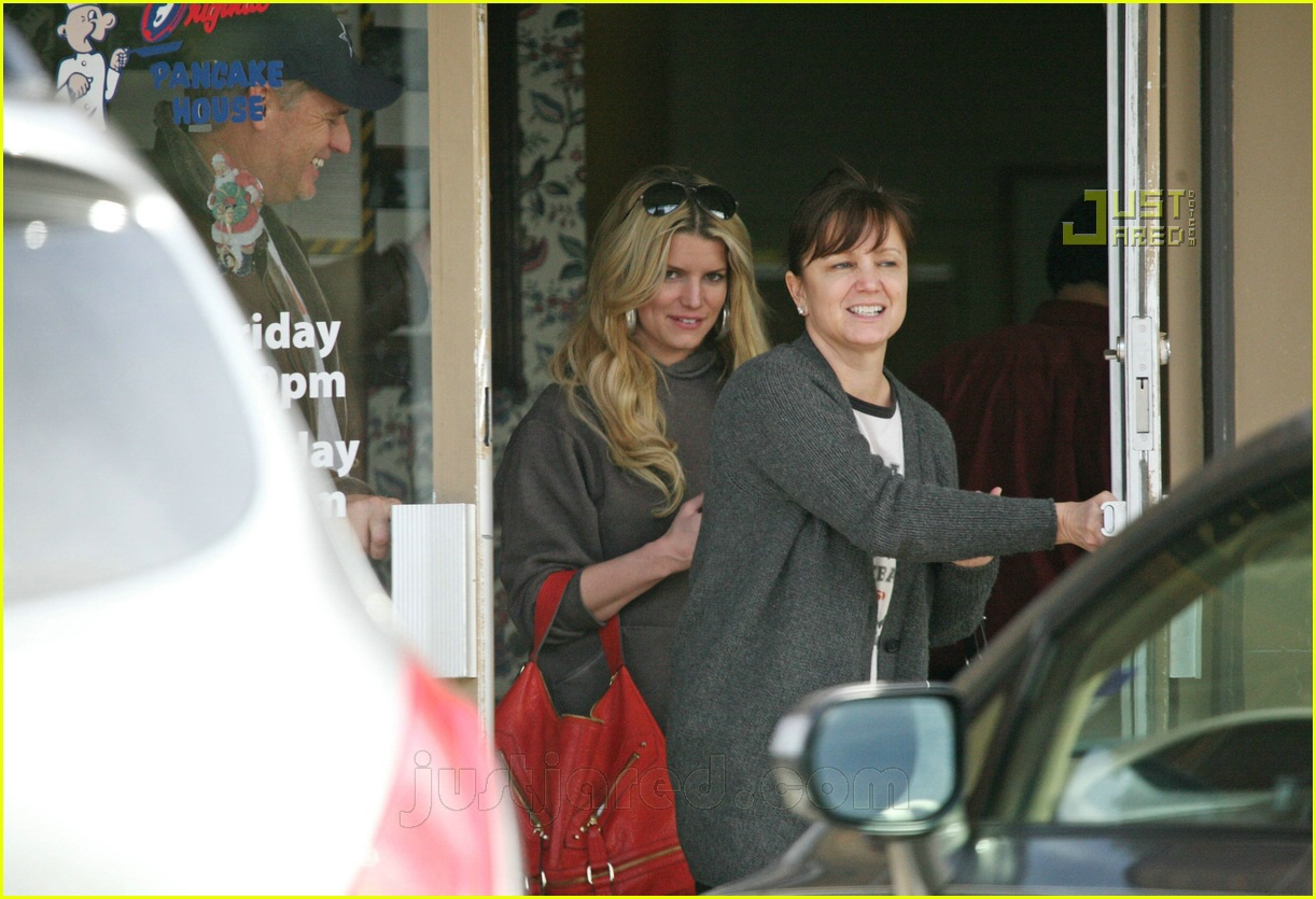 jessica simpson laying low 05812561