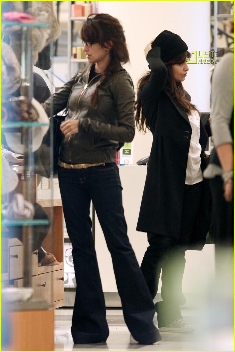 cruz sisters shopping 05862491
