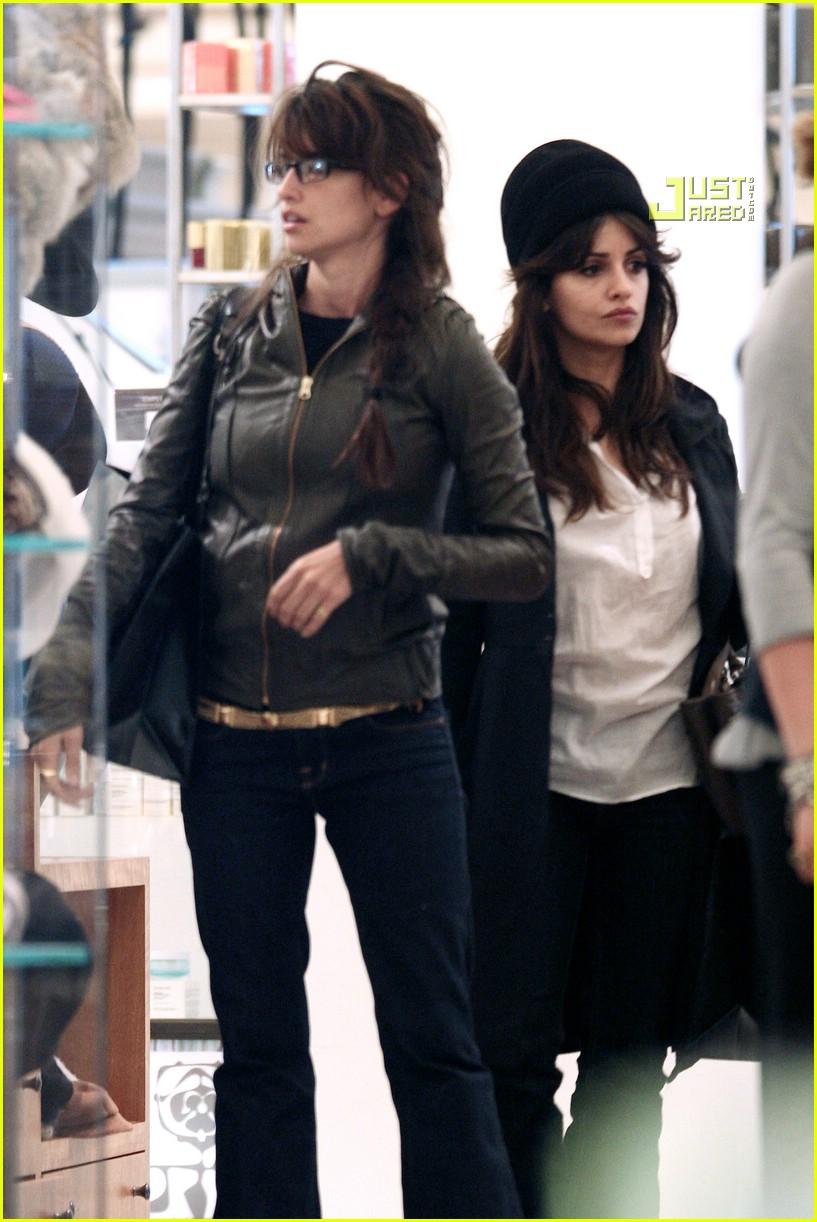 cruz sisters shopping 06862501