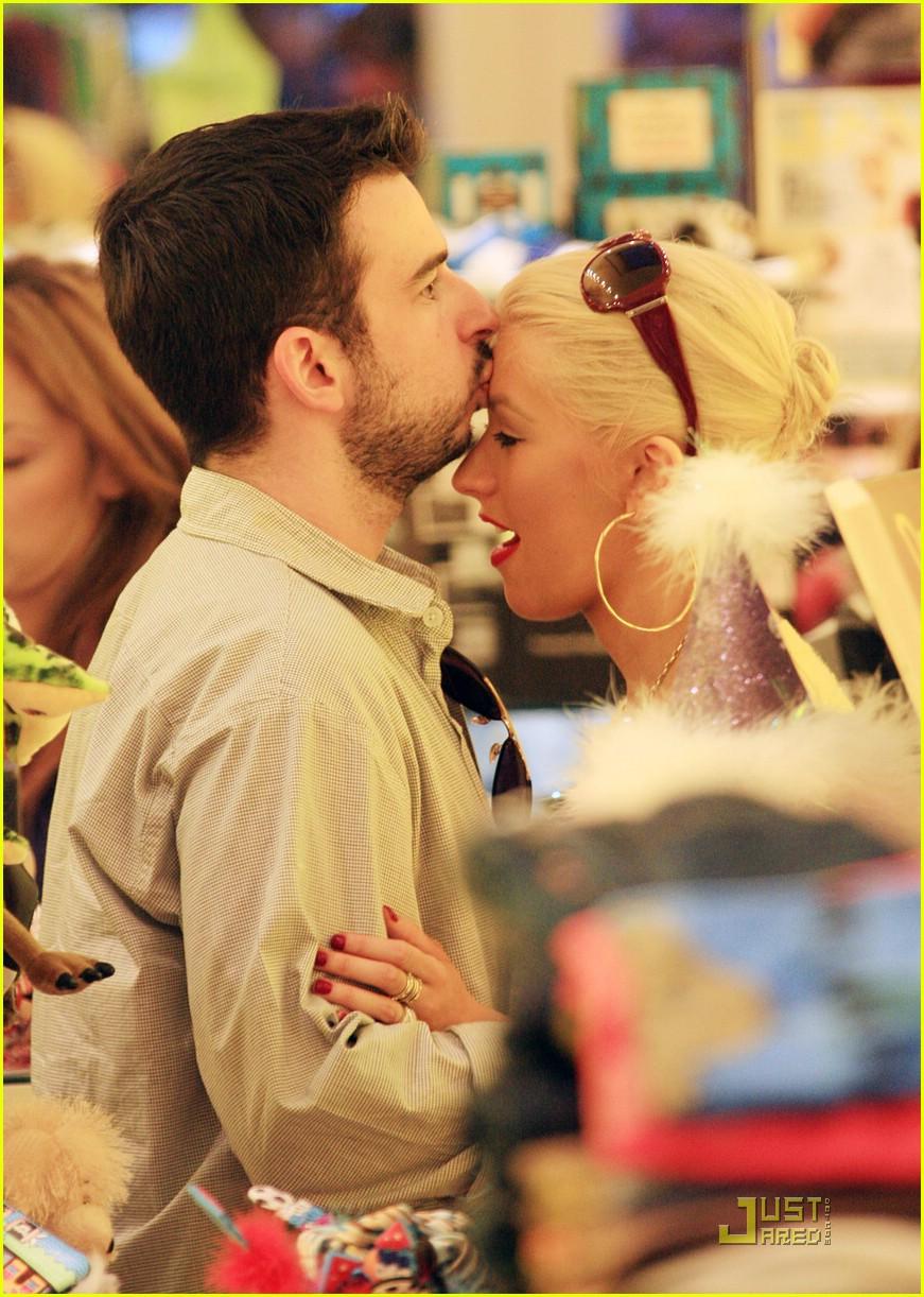 celebrity kisses 01932571