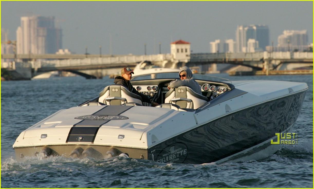 enrique iglesias boat 03908791