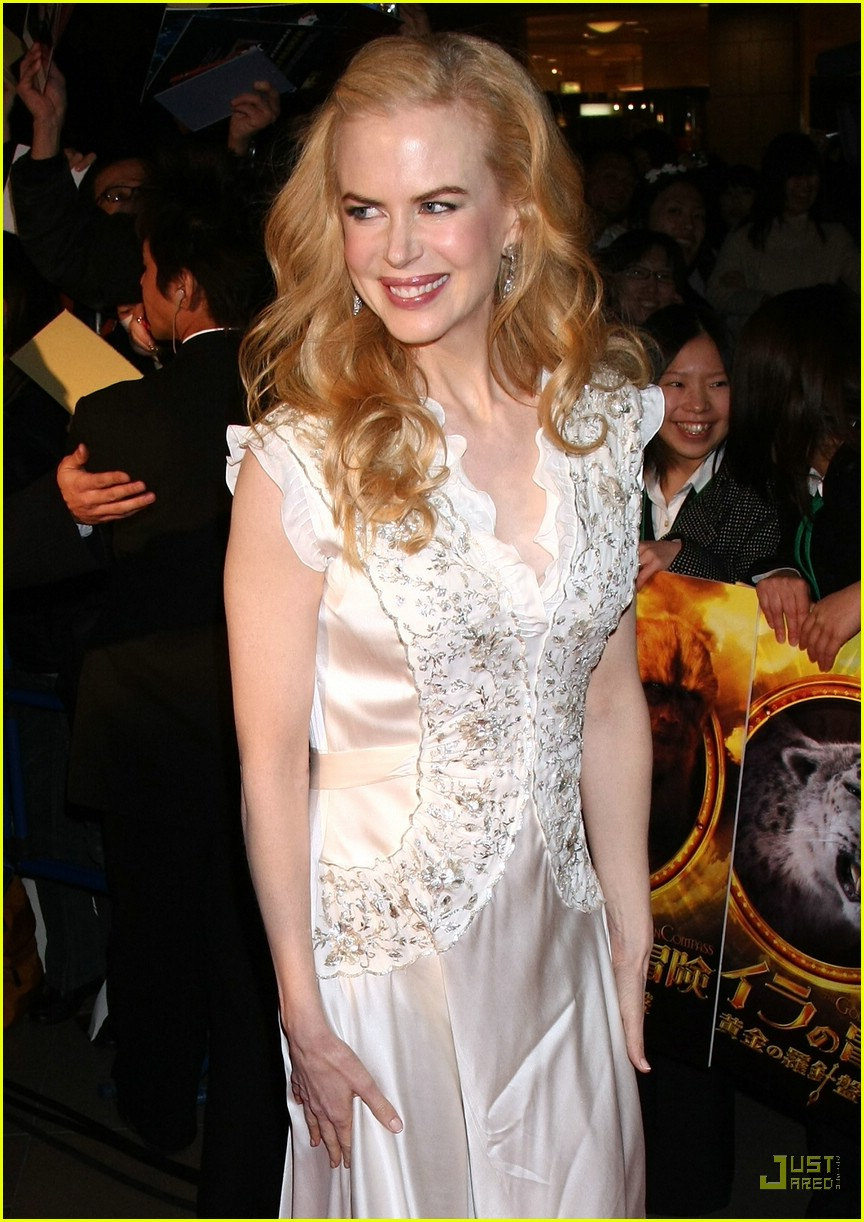 nicole kidman emphasizes  baby bump 07945401