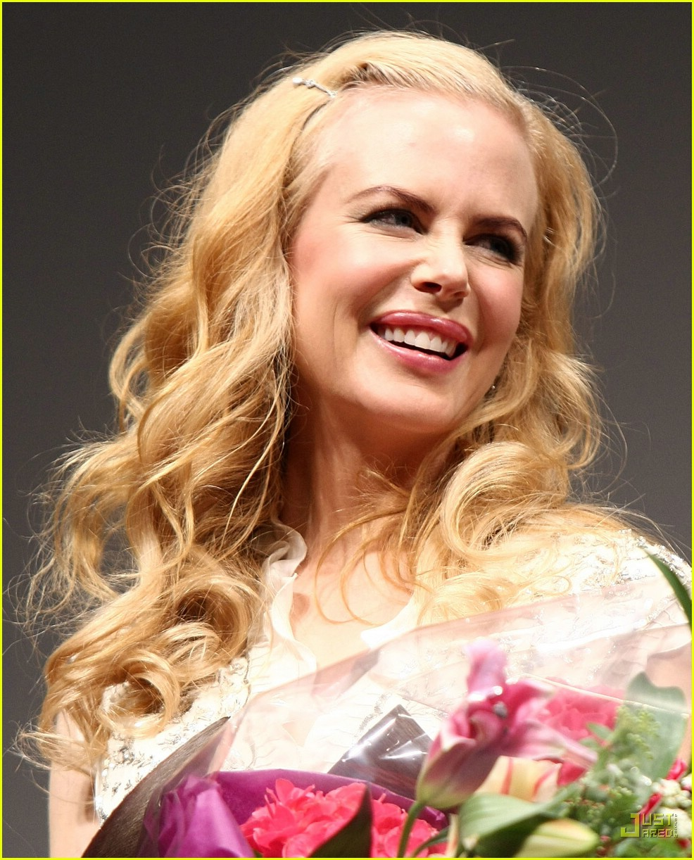 nicole kidman emphasizes baby bump 16945691