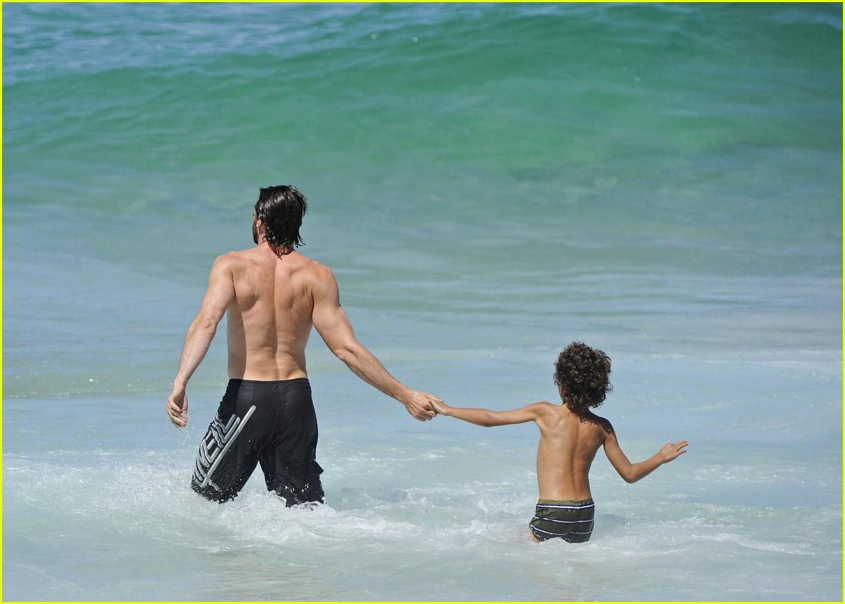 Хью джекман с женой фото пляж