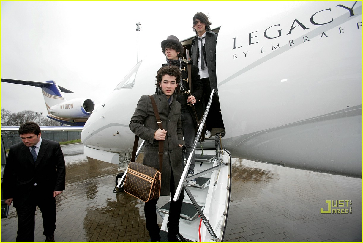 jonas brothers private jet 19982961